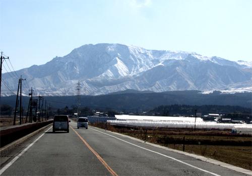 阿蘇遠くに雪