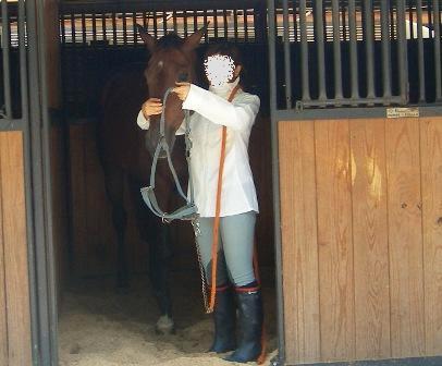 ①厩舎から馬を出す