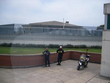 現日本大使館 要塞のようになってます