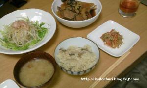 ぶりのアラと大根の煮物 エノキのきんぴら もやしとみず菜のサラダ なめこ汁 松茸風ごはん