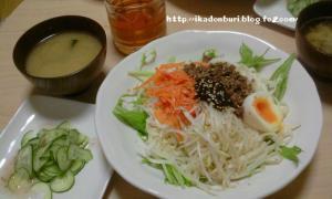 担担麺風うどん キュウリの梅サラダ わかめの味噌汁
