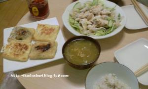 鶏肉のたたき冷しゃぶ 油揚げのお楽しみ4種類焼き(きのことかたまごとかいろいろ入れた) 玉ねぎのスープ(鶏肉の煮汁で♪) ごはん