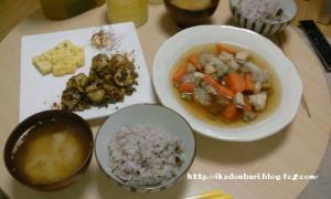 高菜とじゃがのピリ辛炒め 卵焼き 筑前煮 おかかの味噌汁 十六穀米