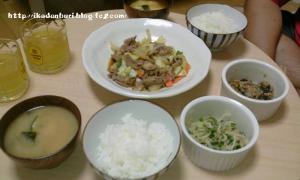 豚肉と野菜のみそ炒め 水菜のサラダ ゴマ納豆 わかめの味噌汁 ごはん