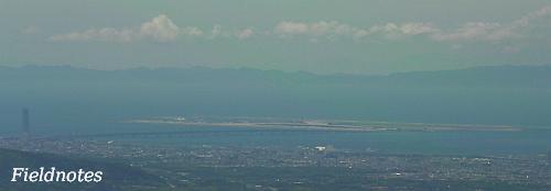 金剛山山頂広場近くから見た関空(後ろの山は淡路島)