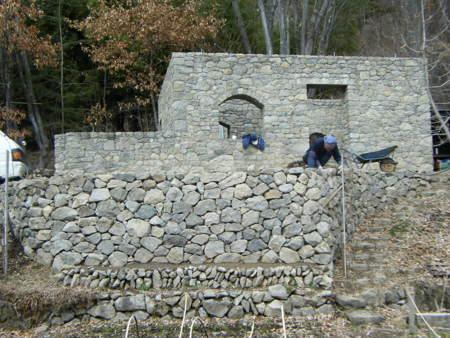 ほぼ終了の積み直しの石垣