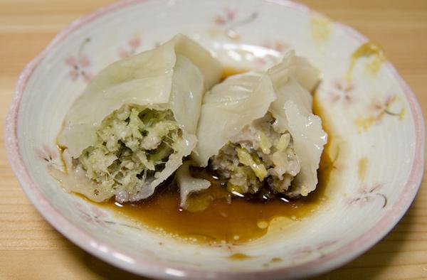 ブロッコリー入り餃子(左)と白菜入り餃子
