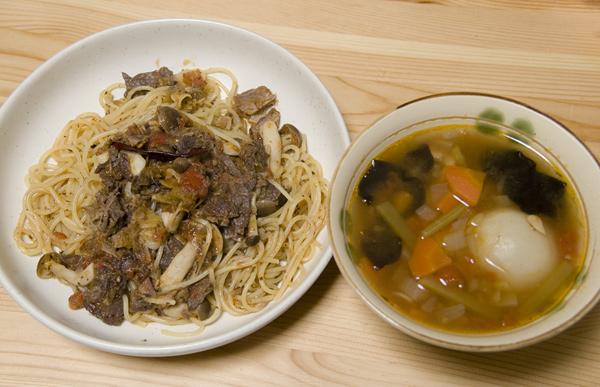 マグロのスパゲティーニ、右は野菜スープ