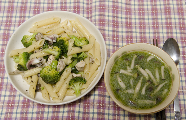 ペンネ(左)とハマグリとシメジのスープ(右)