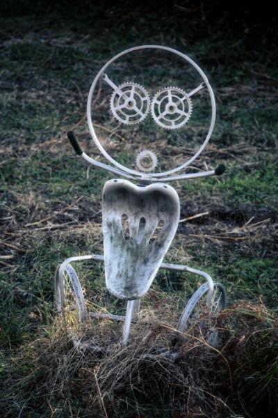 忘れられた存在の 白いパイプ椅子で出来たキャラクター