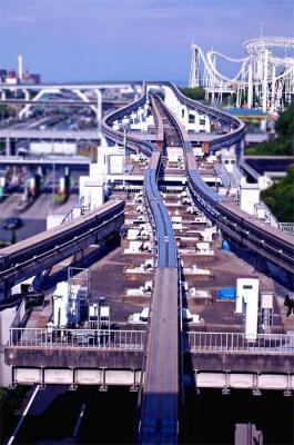 モノレール線路のアップと右上に白いジェットコースターコース