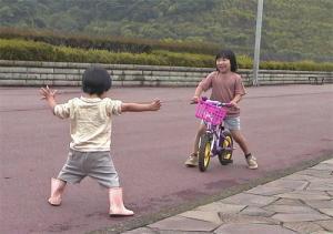 自転車をとうせんぼする息子