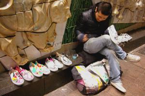 澁谷ハチ公前で、白い靴にペイントを施す若者