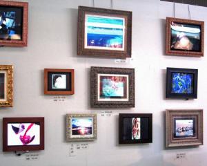 壁一面のデジタルフォトフレーム