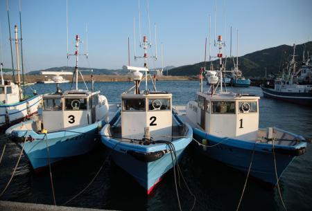夕日をあびた3隻の船
