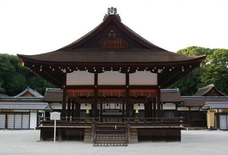 鴨神社の境内 舞い殿
