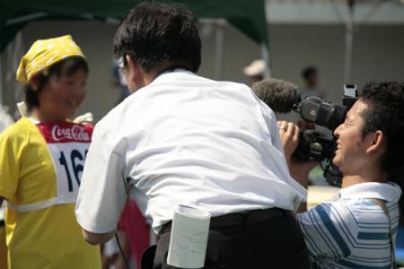 インタビューとテレビカメラの撮影