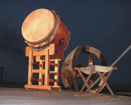 大田楽の夜練習で海を背にした太鼓
