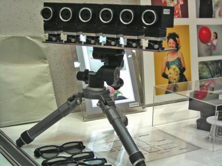 6台の横並びカメラが三脚で一体化