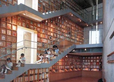 絵本美術館ando_library_interior