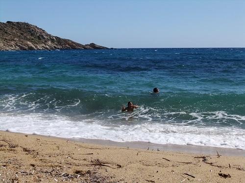 イオス_ミロポタスのビーチ波高め