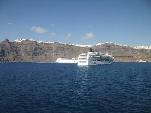 サントリーニ沖のクルーズ船