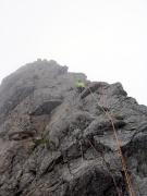 チンネ左稜線リードする岩瀬さん