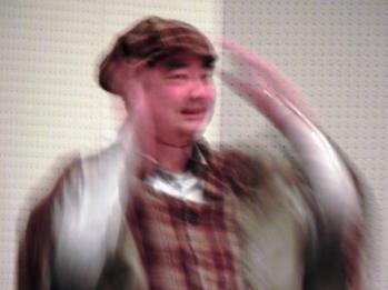 ライブ司会時のホームズ姿の 廣川州伸さん