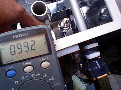 貯湯タンク電磁弁電圧測定中