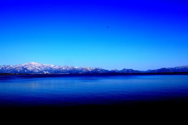 猪苗代湖と山