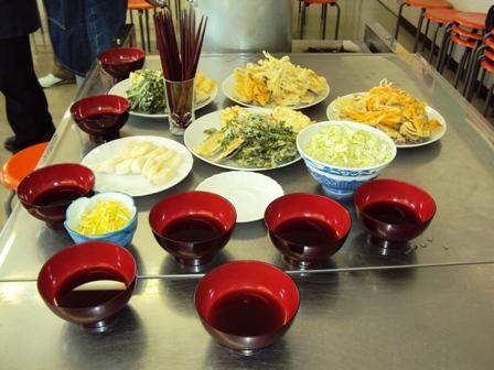 配膳された天ぷらとそばつゆ