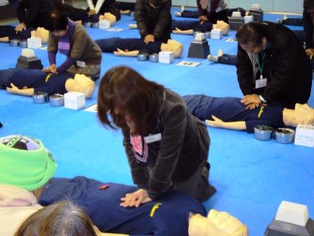 救急手当て:胸骨圧迫の訓練
