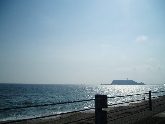 遠くに江ノ島
