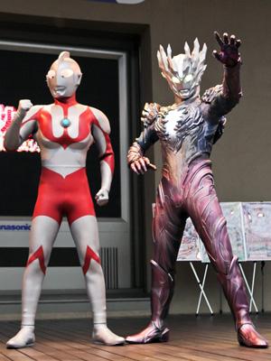 新たなウルトラ戦士、ウルトラマンサーガが初お披露目!初代ウルトラマンとがっちり握手