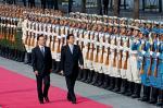 中国で閲兵する安倍首相