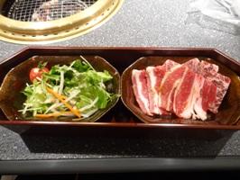 石焼ビビンバセットのサラダとカルビとサラミ