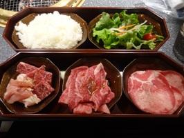 飛騨牛1丁カルビランチのサラダとご飯