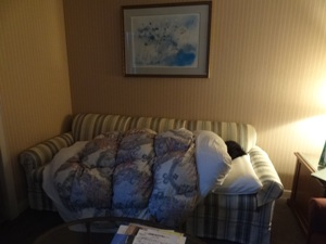 ソファーで寝ている子供