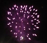 大きな音を立てて打ち上げられる、花火