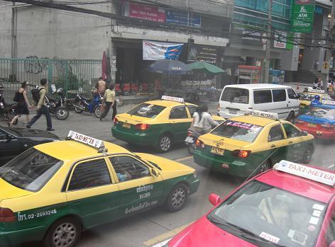 11 バンコク市内の日本製の車