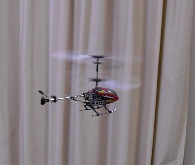 4 飛行中のヘリコプター