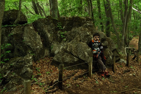 分岐脇の巨岩にて休憩