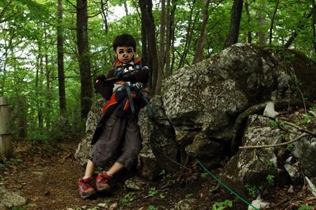 登山道の巨岩にて休憩