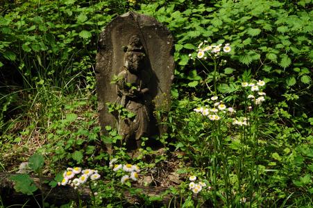 草葉の陰の石仏