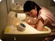 立ち昇る水蒸気が、のどの炎症を和らげます。