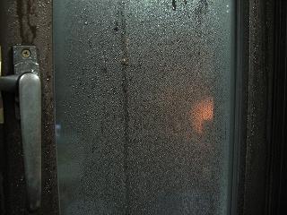 冬の雨の日は、「 結露 」が悩みです。