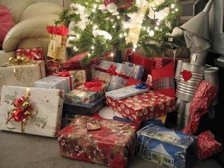 クリスマスツリーの根元に置かれた「 プレゼント 」
