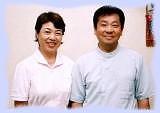 「 沢田カイロプラクティックセンター 」 の沢田先生と、アシスタントの奥様