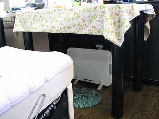 テーブル下の 「 パネルヒーター 」