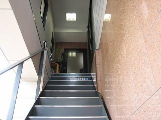 「美園」は2階です。この階段をお上がりください。
